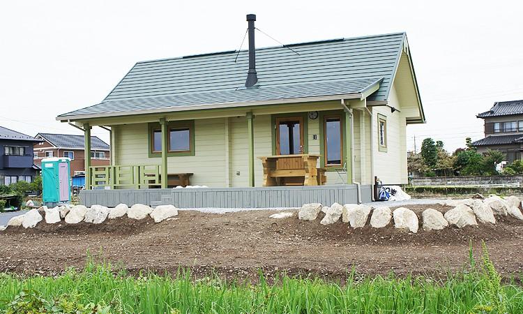 湖畔に佇むミニログハウスの住