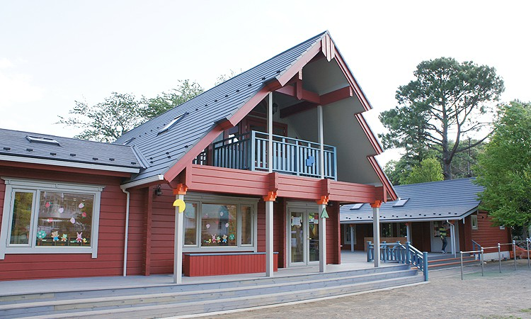 ログハウス園舎が2棟、幼稚園の極(岡津幼稚園)