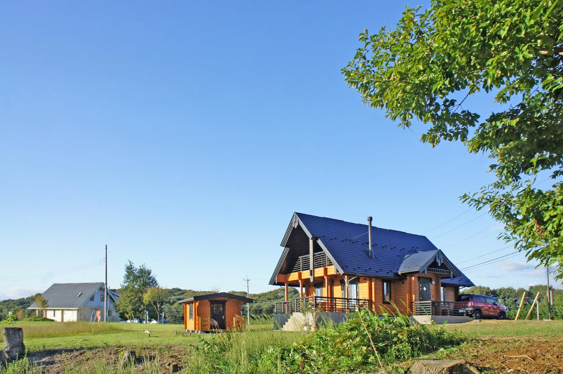 青い空と緑の大地にびゅうのログハウス