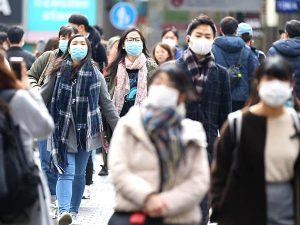 【新型肺炎】春節の最終日、新型肺炎の流行を受け大阪市中央区の観光地周辺ではマスクを付けた観光客の姿が目立った=2日午前、大阪市中央区