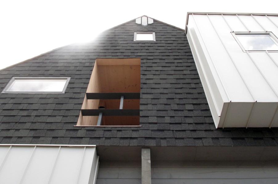 デザイナーズログハウスの駐車場から見上げた二階側面