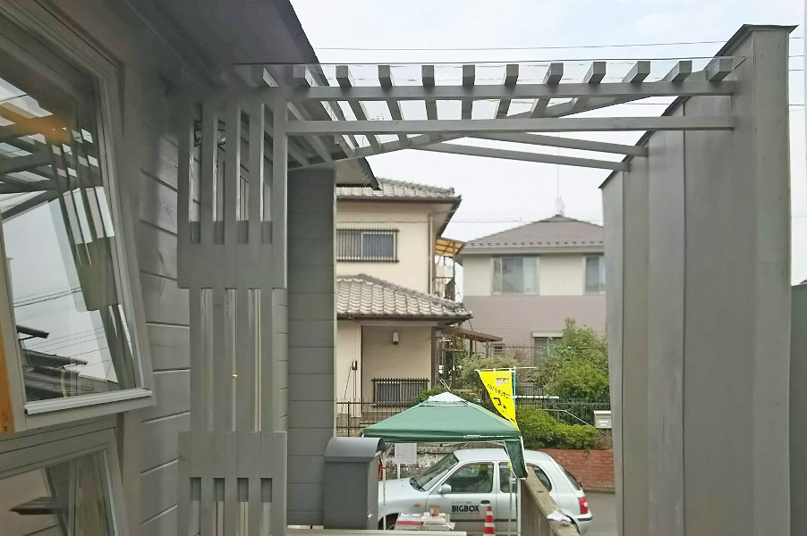 エントランスもデザイン格子に透明庇を合せたオリジナル庇を設置。アクセントにセメントタイルを使用。(テラス側)