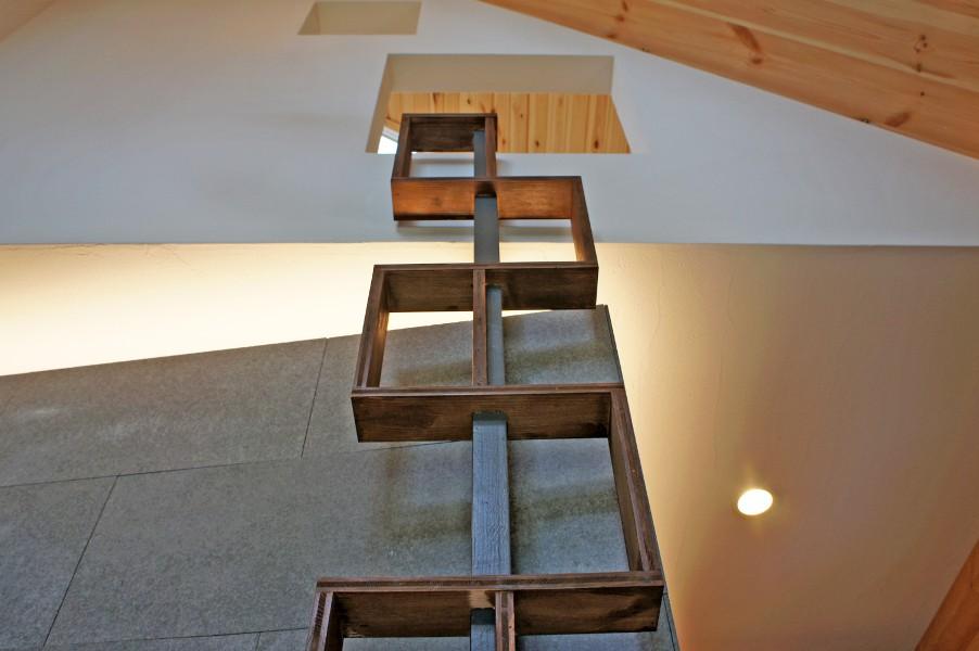 デザイナーズログハウスリビングの装飾、2階へのハシゴを兼ねています