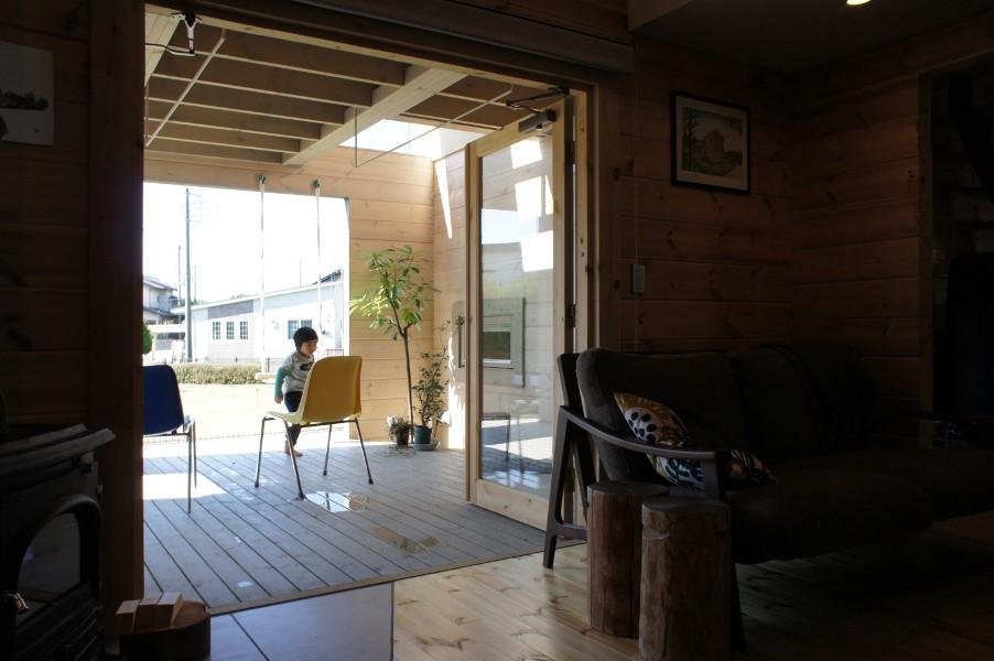 デザイナーズログハウスの1階半屋内テラス