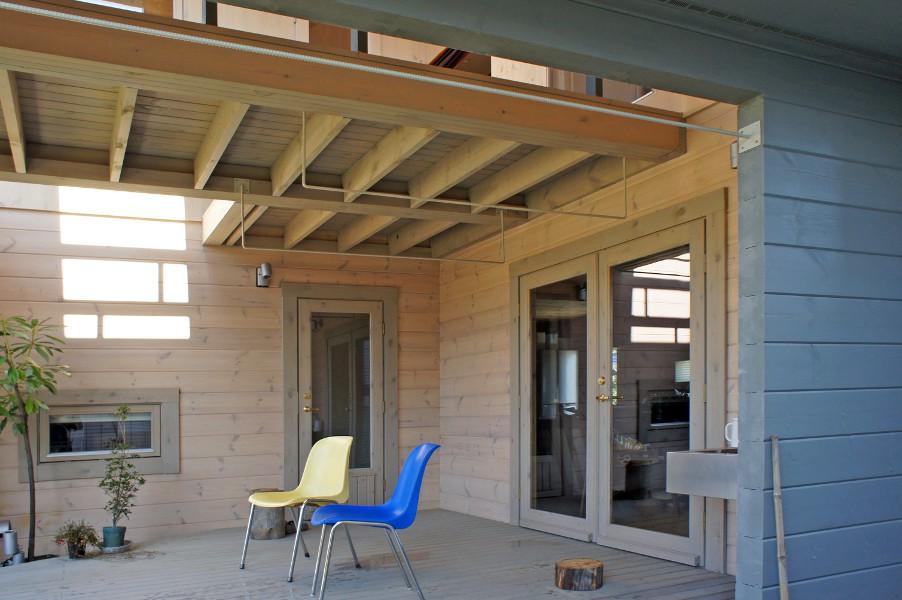 半屋外テラスは、10畳のセカンドリビング。朝食やBBQ、ハンモックでお昼寝など用途は多目的に利用。