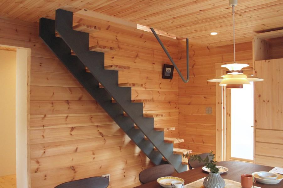 モダンでシンプル、今回初登場のパインのストリップ階段です。ログハウスセトリングも対応しています。