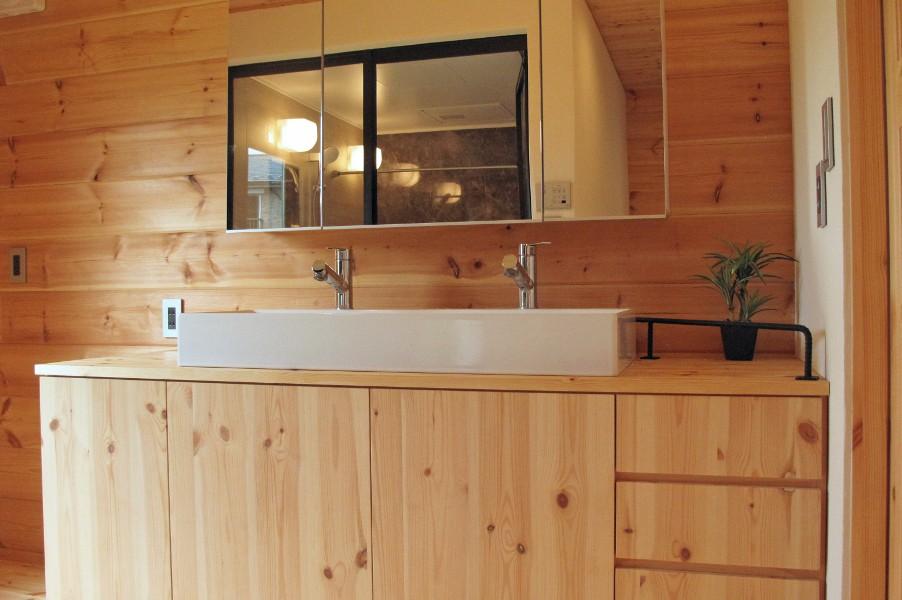 CLTパネルで制作したオリジナル洗面台。ワイド1.8mのゆったり設計。2水栓で朝シャンしても朝の渋滞いらずです。