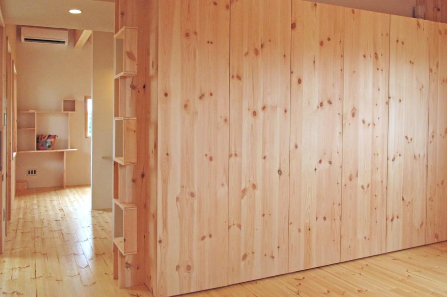 CLTパネルの壁面収納がモダンデザインです。上部開口は、リビング吹抜けからグルニエをエア-サイクルも兼ねています。