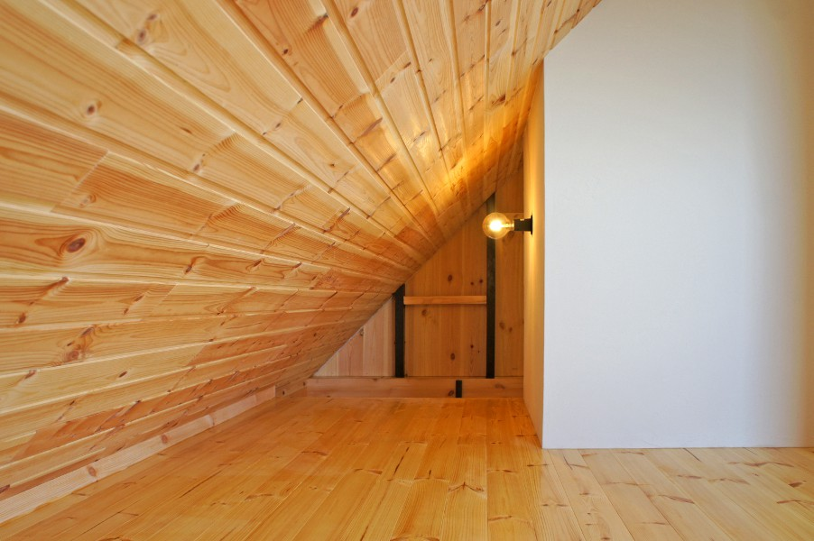 寝室隅の開口空間から階段スペースの装飾棚が三確のシルエットとなって新たなアート空間が創りだされました。