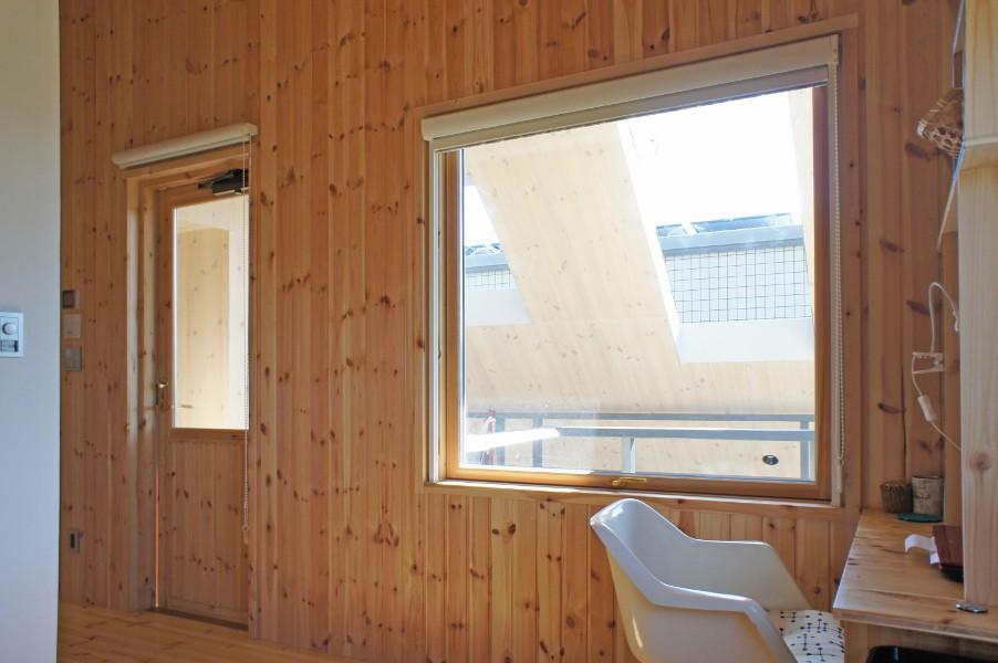 2階の半屋外バルコニーはレッドパインの木肌が美しいCLTパネル空間です。