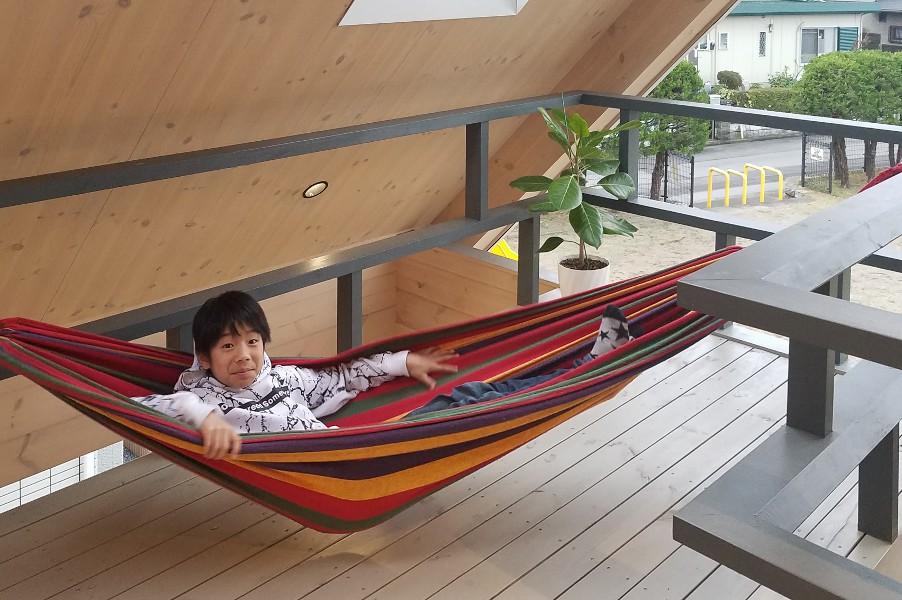 2階のバルコニー手摺を利用して、風が気持ちいいハンモックでお昼寝。眼下に広がる公園の景色も最高です。