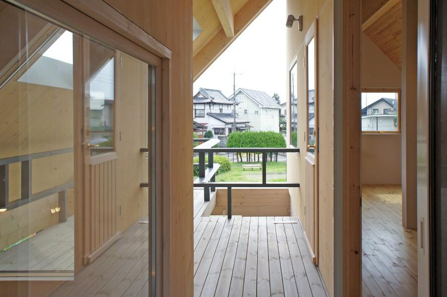 屋根に大きな大開口。自然=光・風・雨との融合を表現しています。2階のバルコニー手摺は、柱の無オリジナルデザインです。