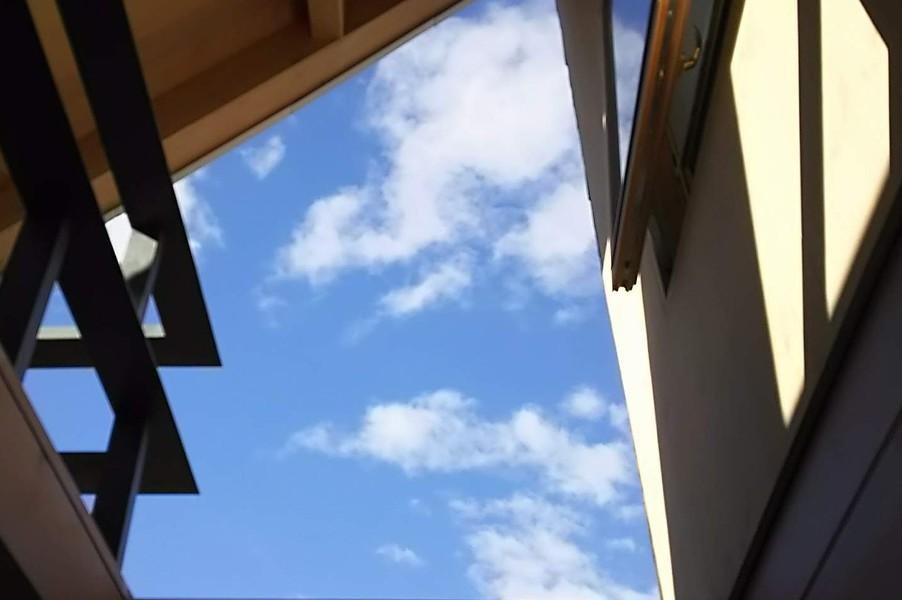 屋根の開口から光が降り注ぎます。夜には寝室からの星の眺めが最高です。
