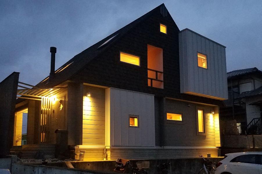ライトアップされたデザイナーズログハウス(玄関側)