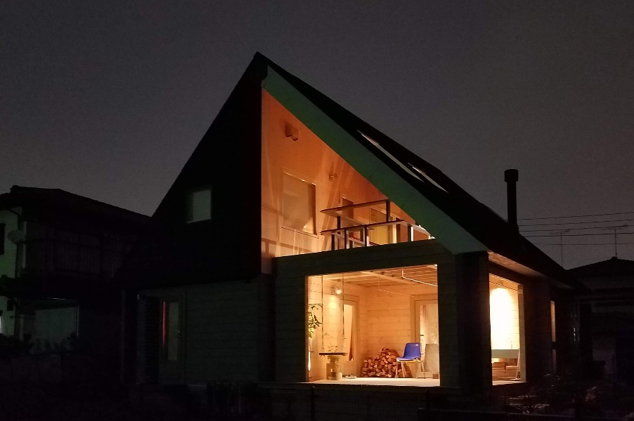 ライトアップされたデザイナーズログハウス(公園側)