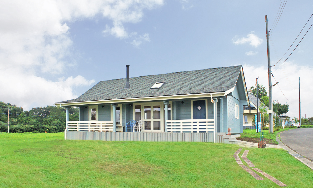 人気の折れ屋根ログハウス、北欧カントリースタイルの美