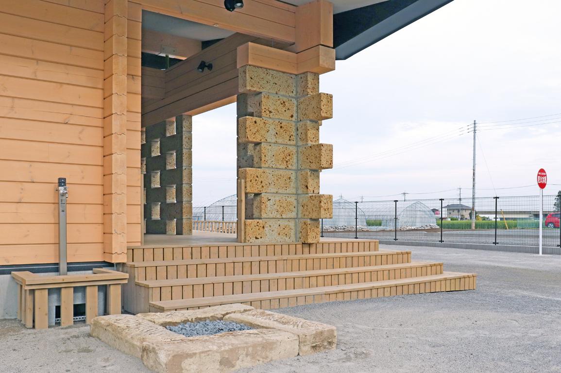 新時代のモダンログハウス、保育園が大谷石と融合