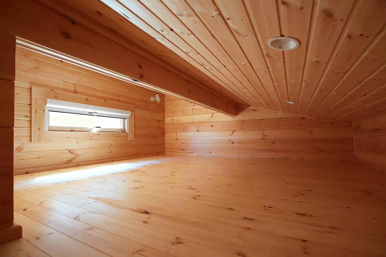 片流れ屋根のログハウス(上部を活用したロフトスペース2)