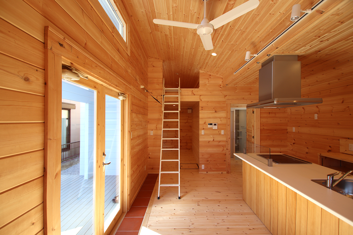 片流れ屋根のログハウス(上部を活用したロフトスペース1)