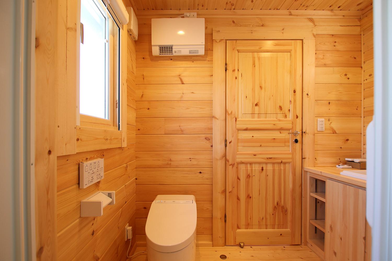 片流れ屋根のログハウス(明るいトイレ)