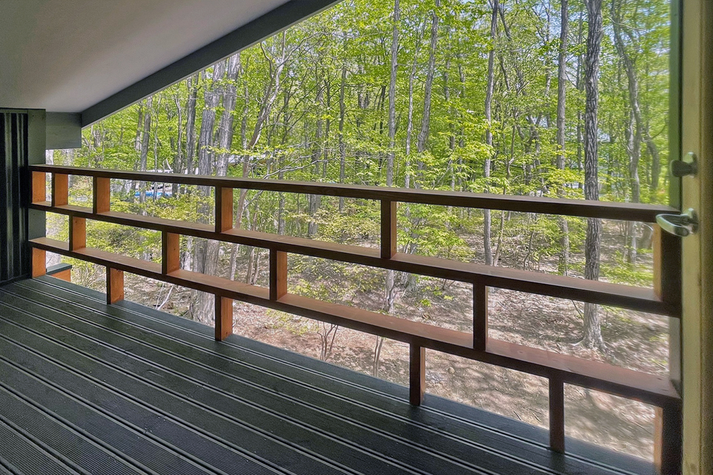 アートログハウス別荘屋内、モダンデザインのペランダ手すり