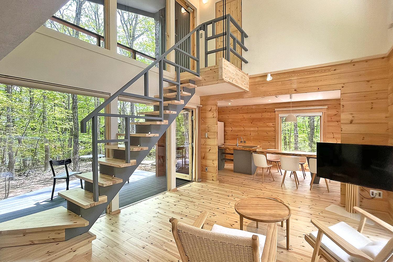 アートログハウス別荘屋内、ストリップ階段