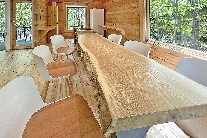 アートログハウス別荘屋内、一枚板リビングテーブル