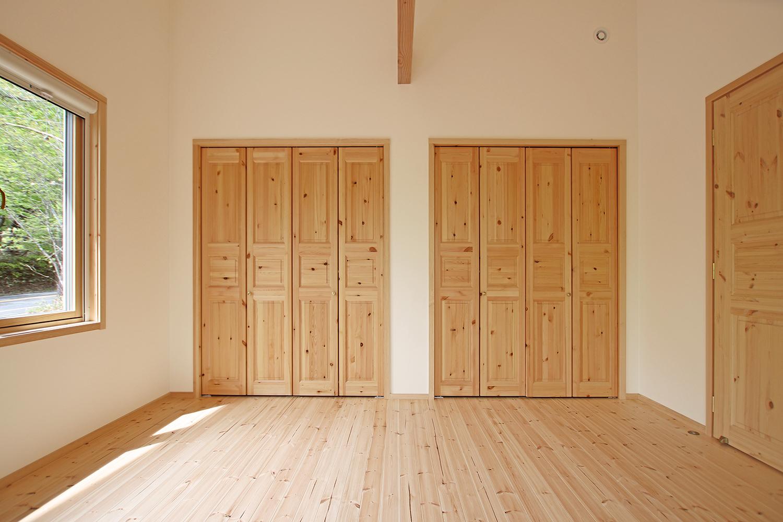 北欧テイストのフィンランドハウス内観 寝室1(大容量クローゼット)