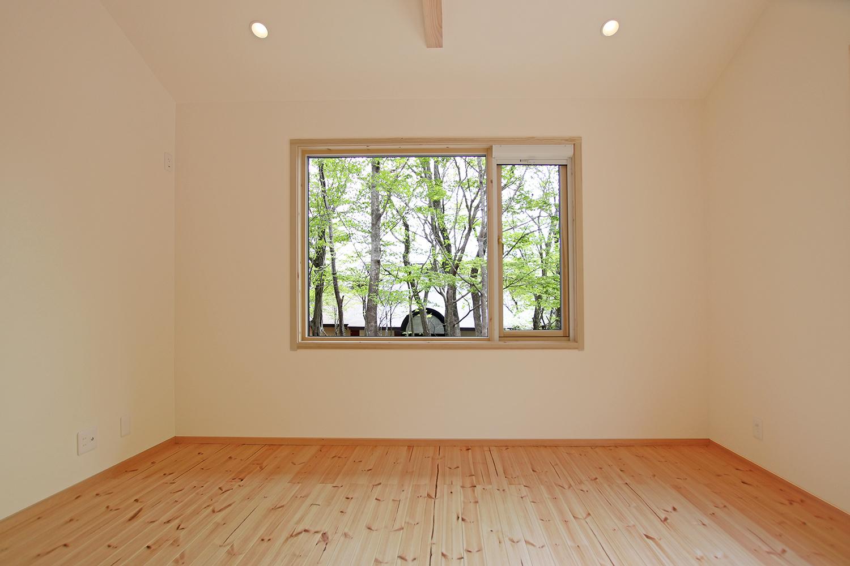 北欧テイストのフィンランドハウス内観 寝室2(借景の木立)