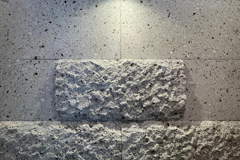 アートログハウスシンボルの大谷石